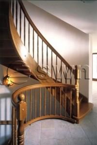 Деревянная винтовая лестница с опорной