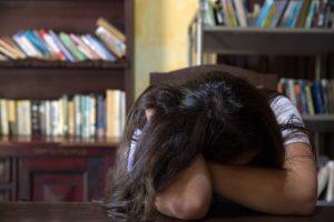 Учёные выяснили: жертвовать сном во время сессии бесполезно