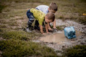 Дети стали сообразительнее и здоровее, когда им разрешили вволю играть в грязи
